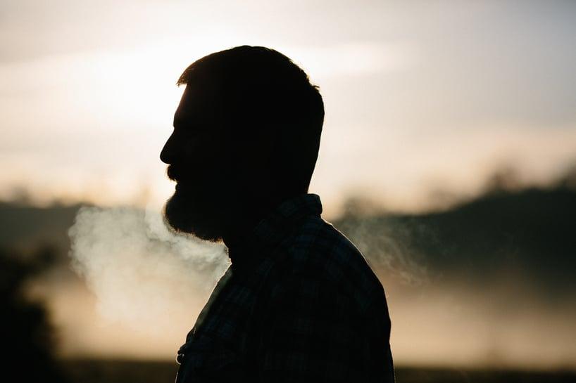 perfil de hombre con barba en plena sesión de respiración