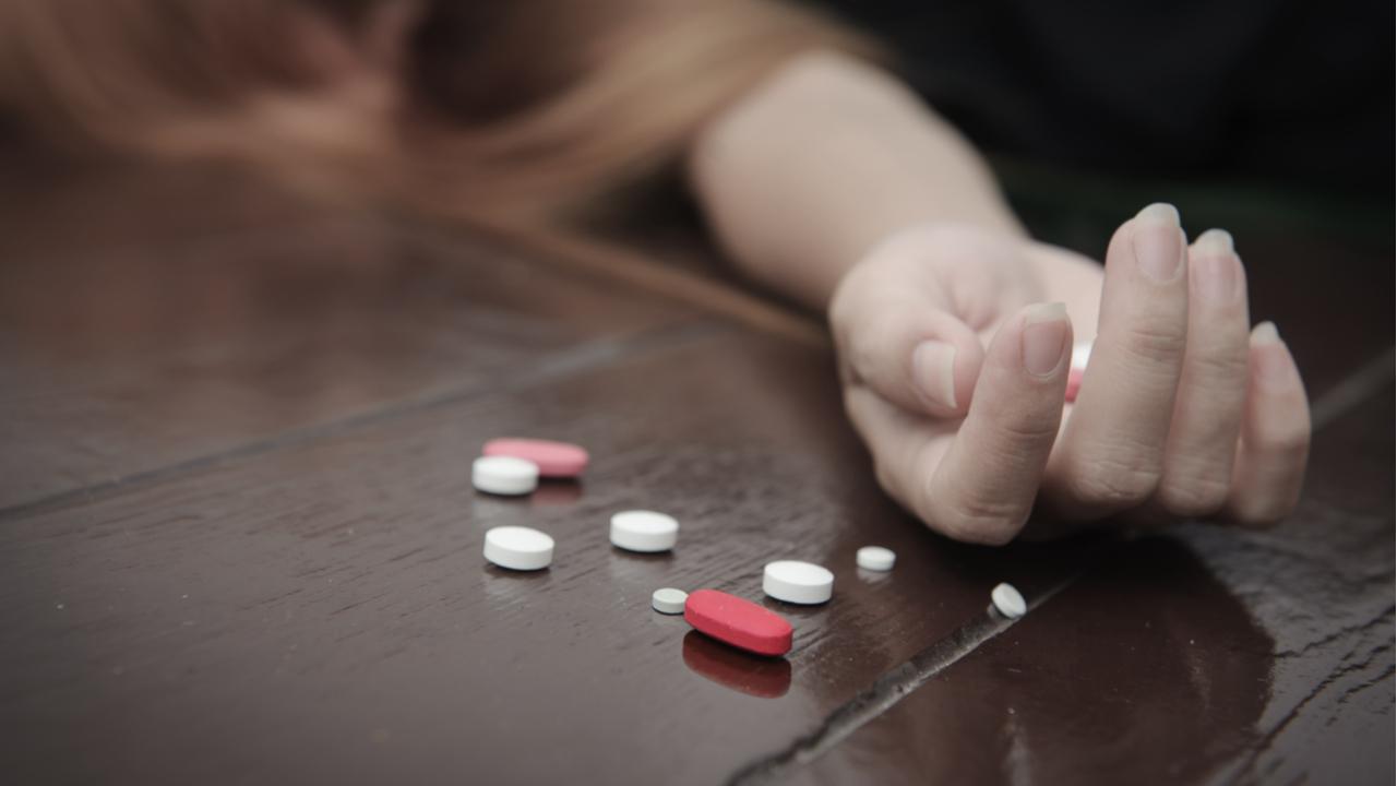 pastillas tiradas en el piso