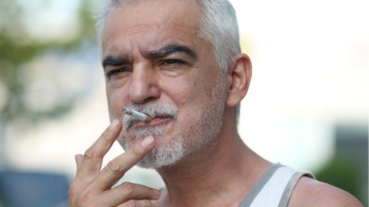 hombre mayor fumando cigarro