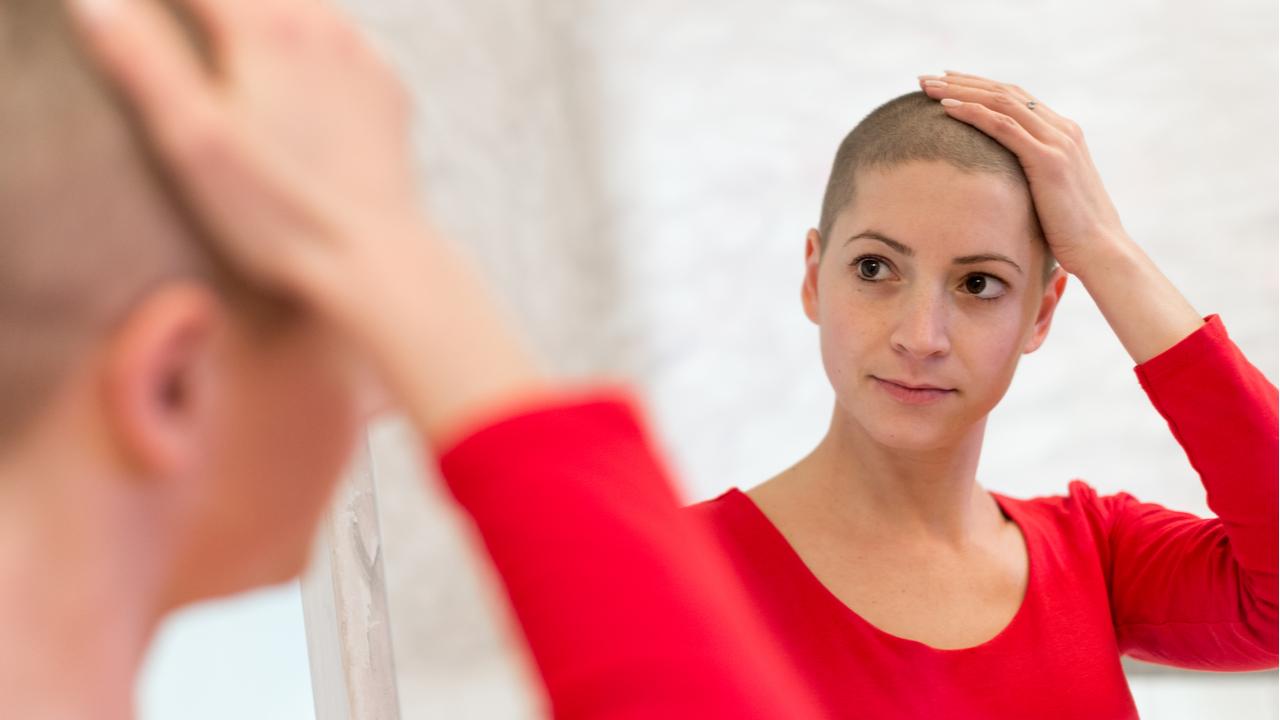 mujer con caida de cabello