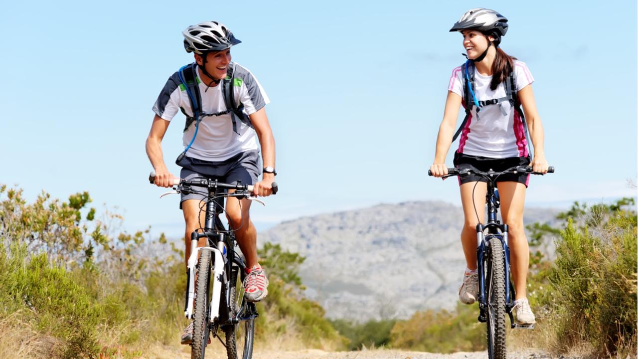 dos jovenes montando bicicleta