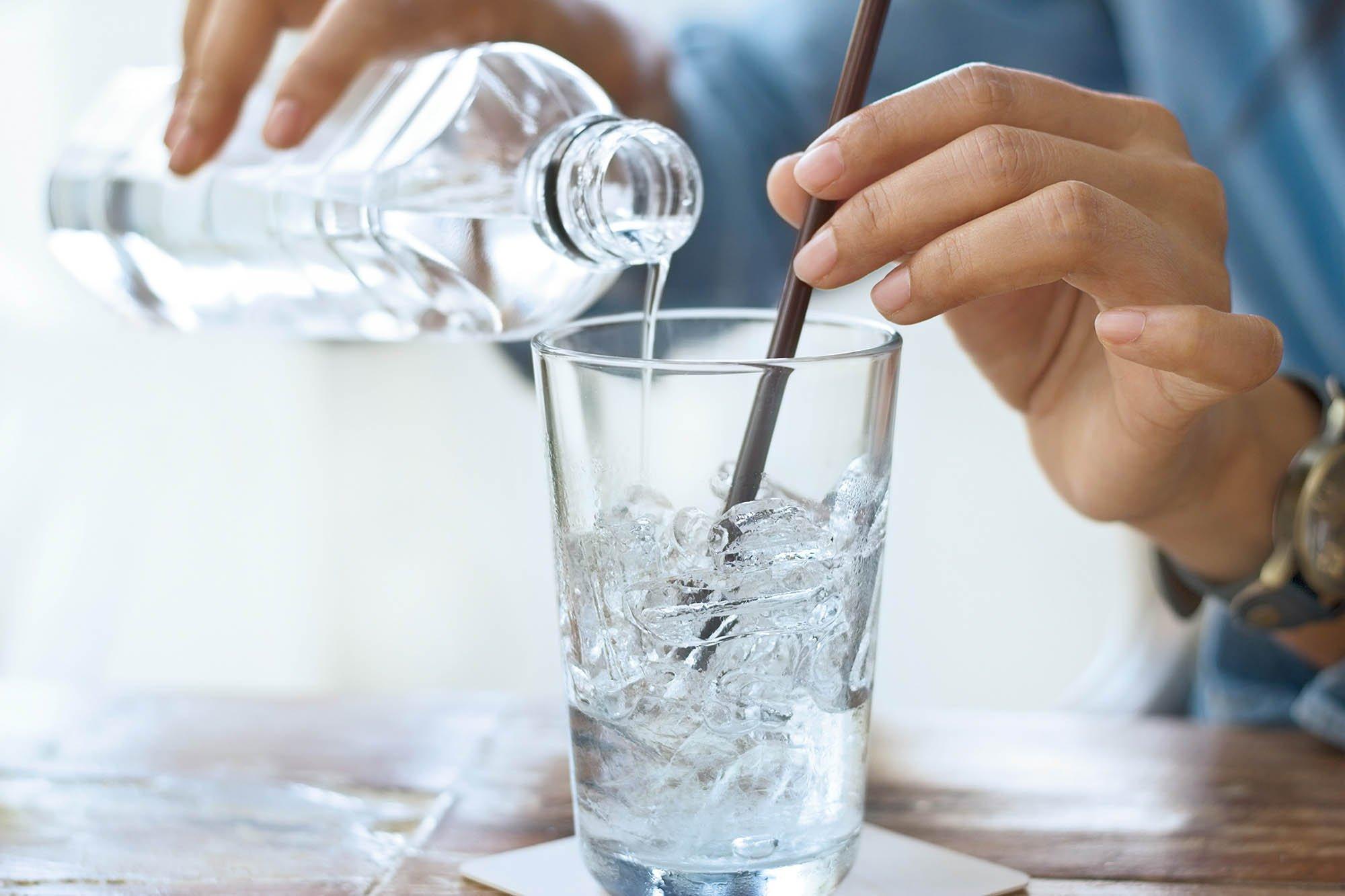 vaso con hielo y agua