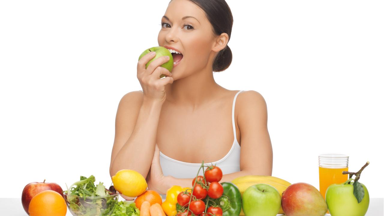 joven comiendo frutas y verduras