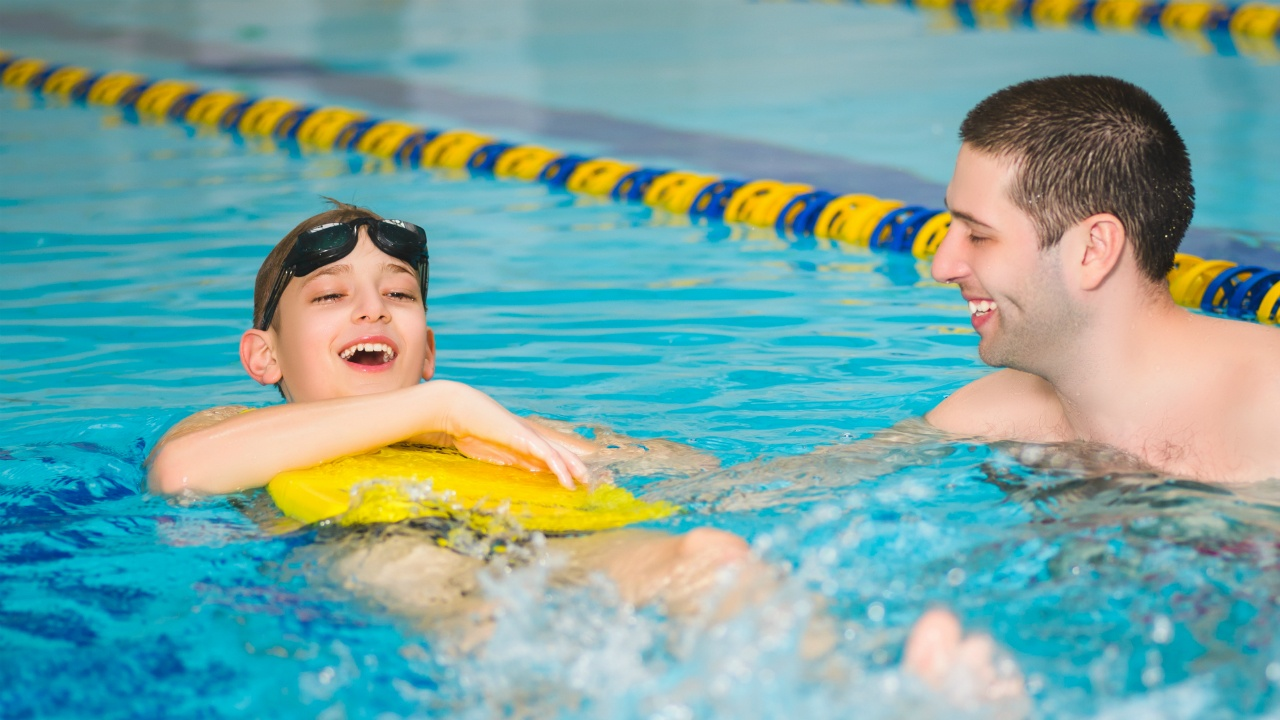 niño en clases de natación