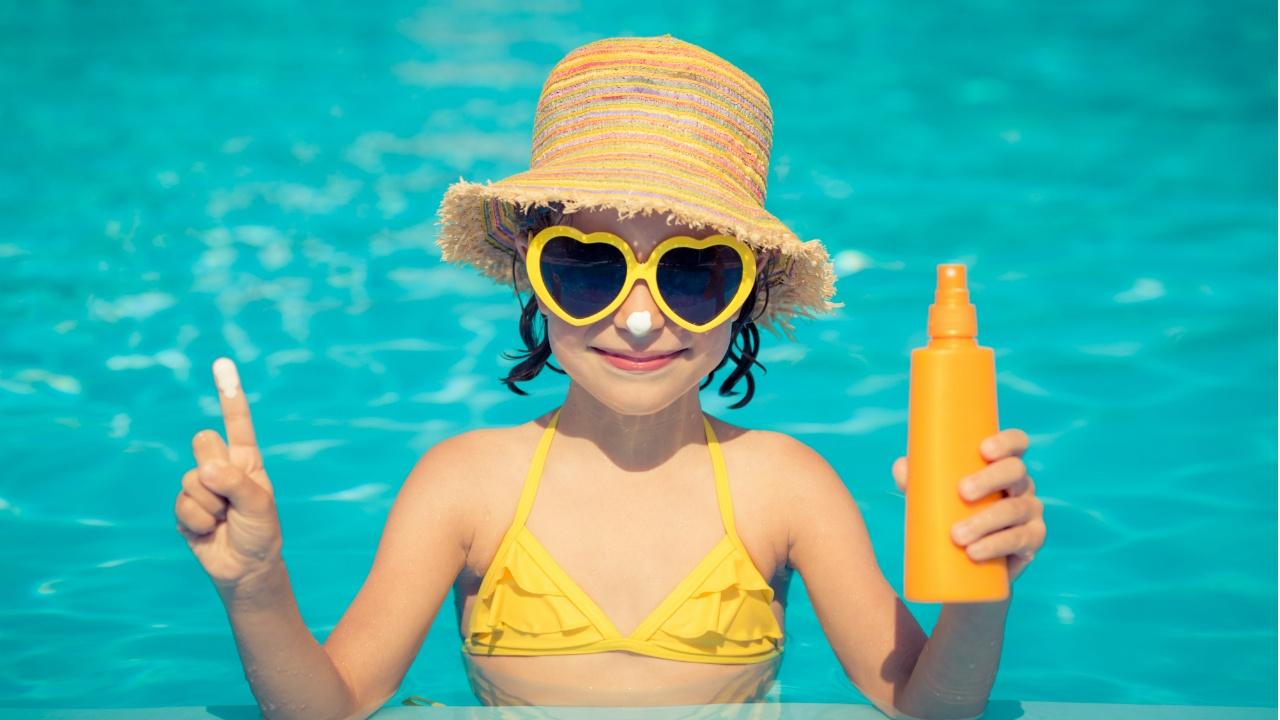 niña en piscina con bloqueador