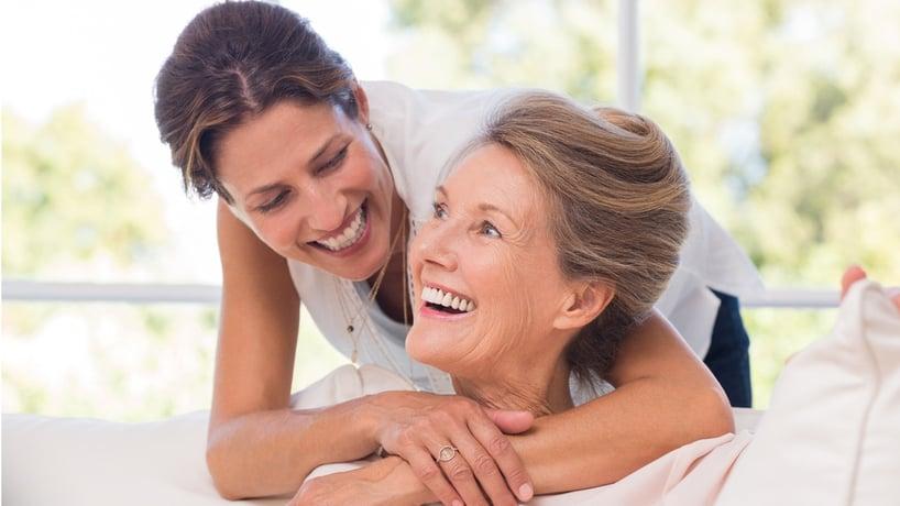 mujer adulta abrazando a mujer mayor