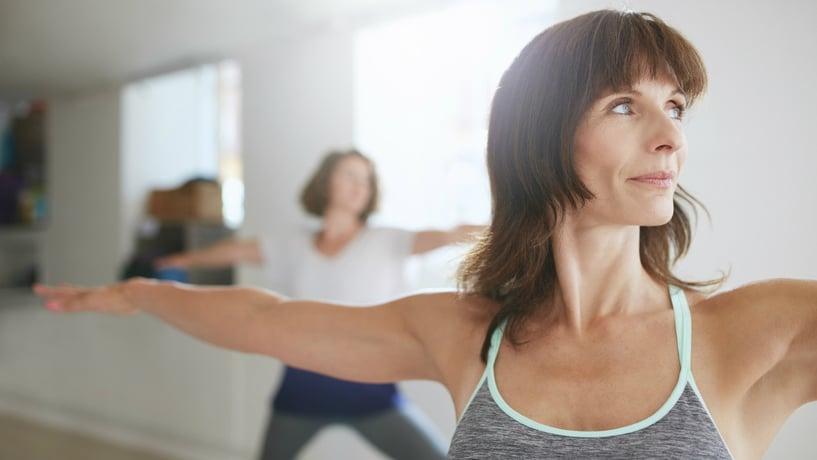 mujer adulta haciendo yoga