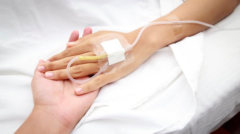 mano de paciente de quimioterapia