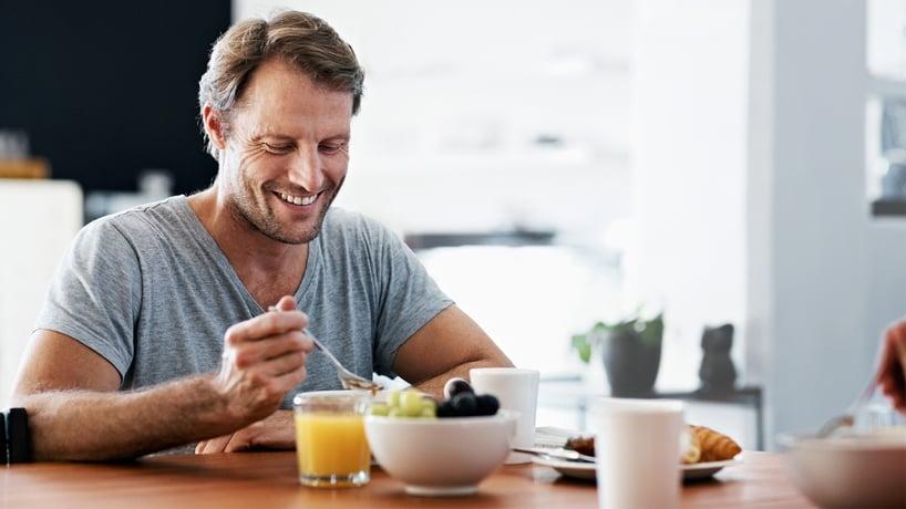 hombre desayunando saludable