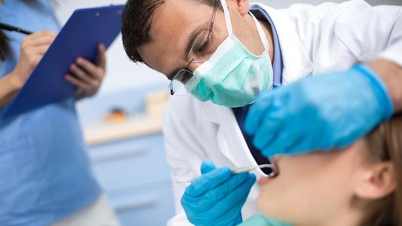 dentista revisando a un paciente