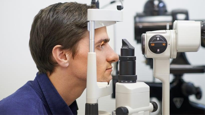 hombre haciendo examen de la vista