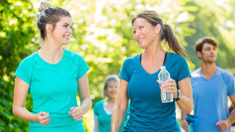 mujeres haciendo ejercicio al aire libre