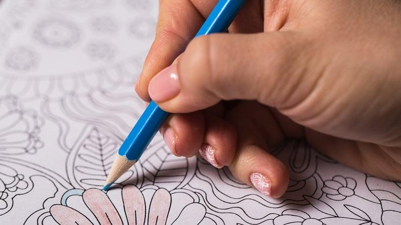 mano pintando mandala