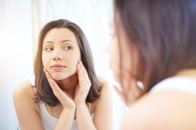 mujer joven en el espejo