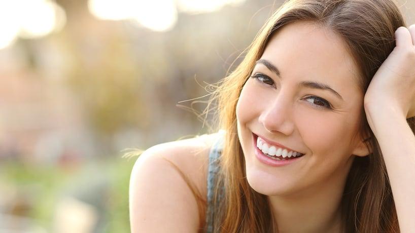 mujer joven sonriendo feliz