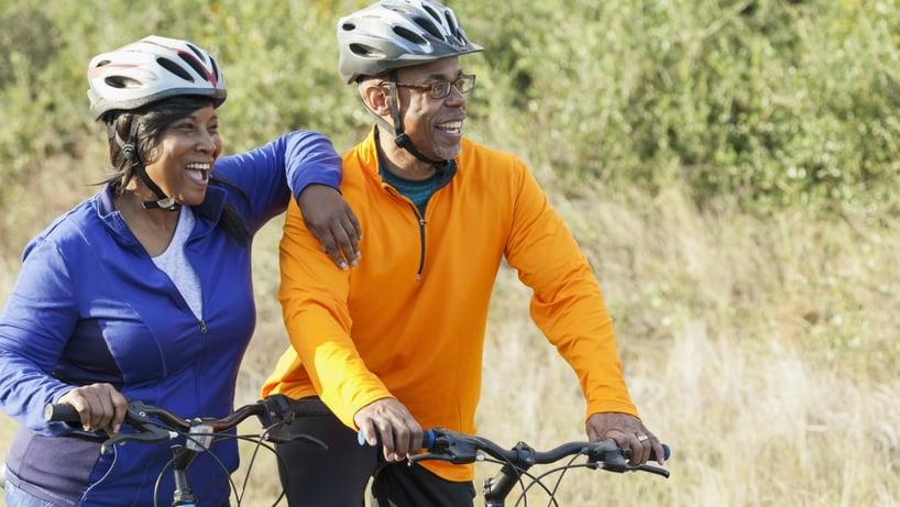 pareja pasea en bicicleta