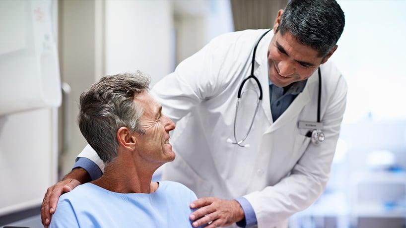 doctor atiende a hombre mayor