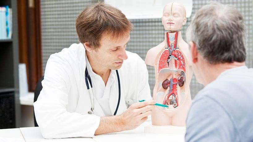 doctor explicando a paciente el cancer de prostata