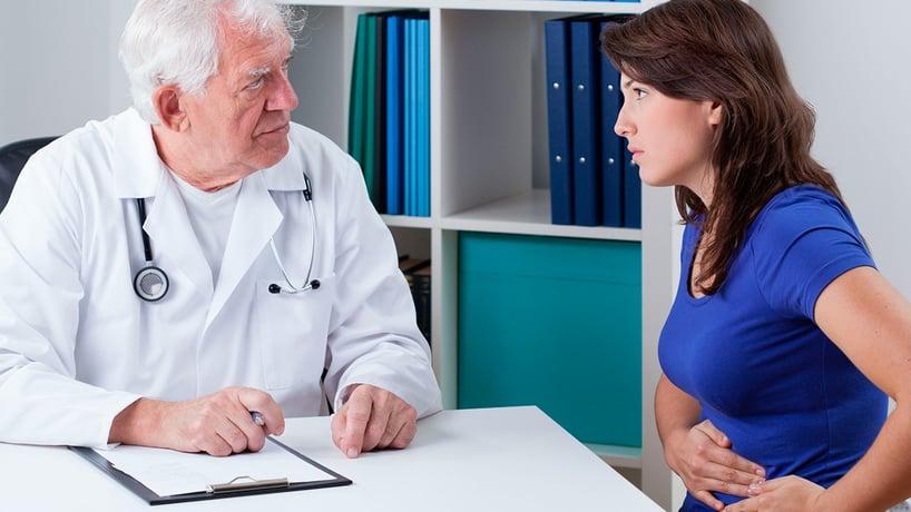 mujer en consulta con doctor