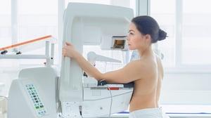 ¿Cada cuánto se debe hacer la mamografía?