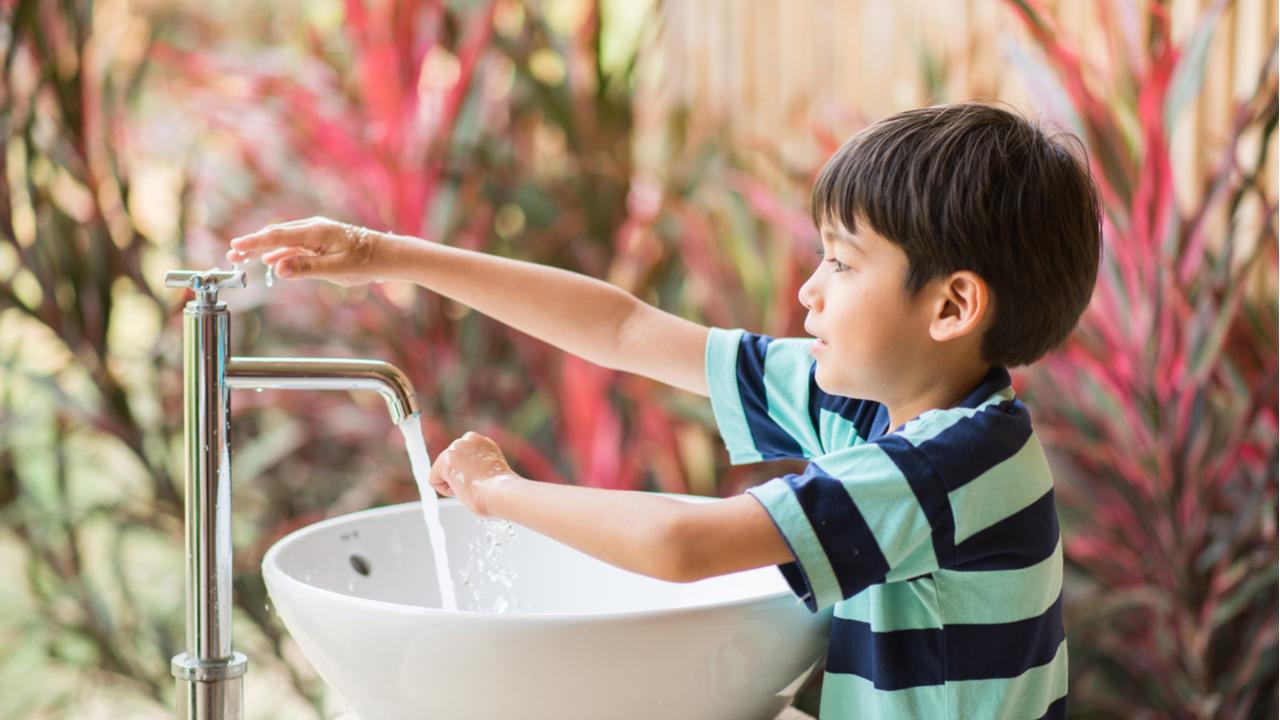 niño lavandose las manos
