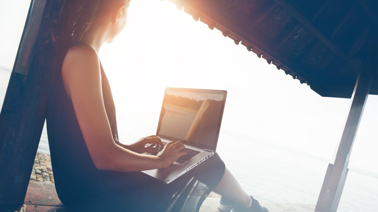 mujer bajo el sol trabajando