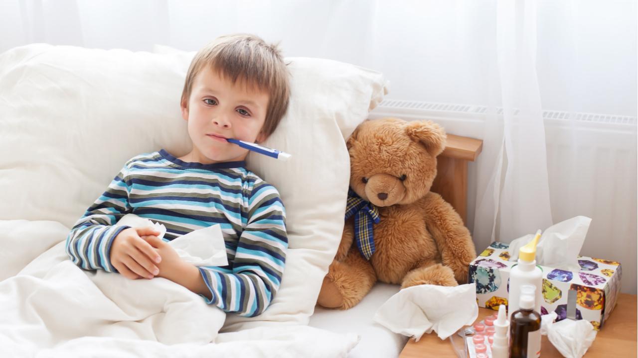 niño con fiebre descansando