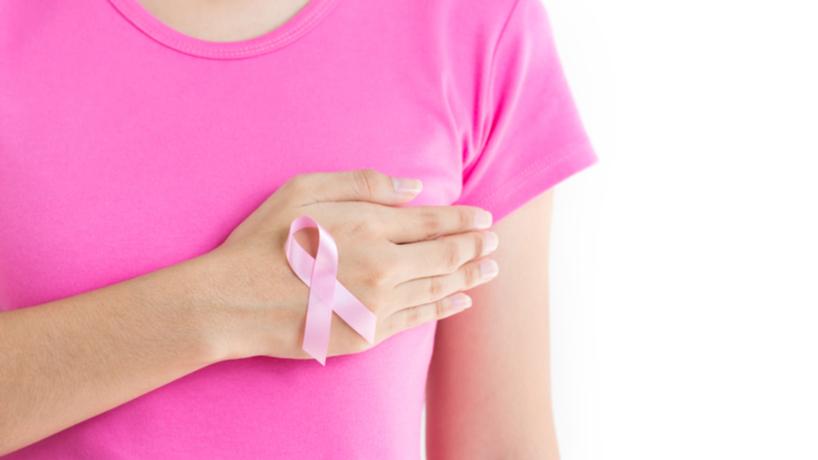 mano con lazo rosa y polo rosado