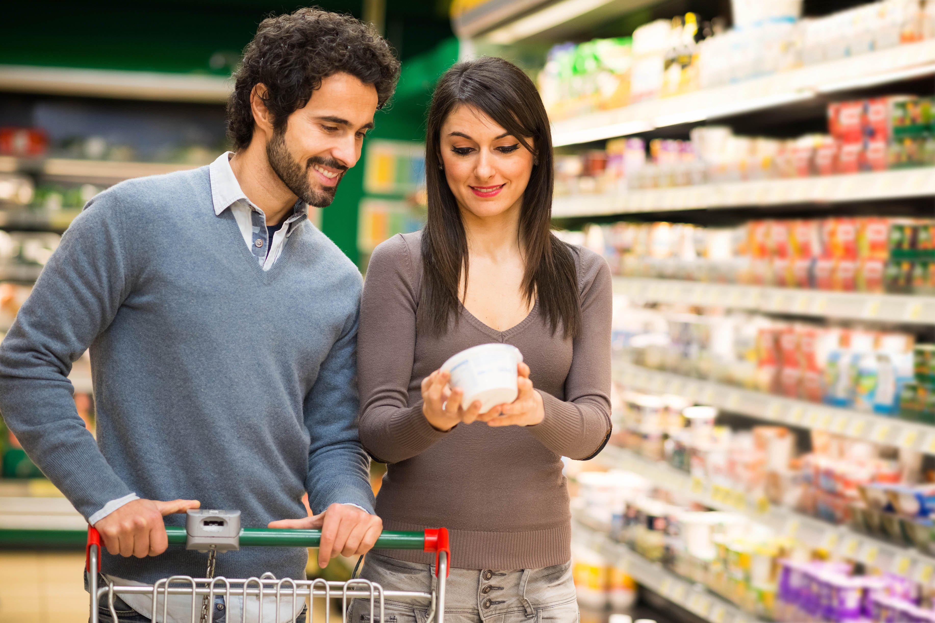 hombre y mujer haciendo compras en supermercado