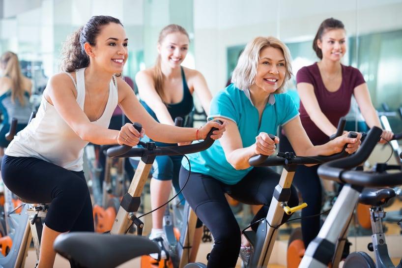 grupo de mujeres haciendo spinning