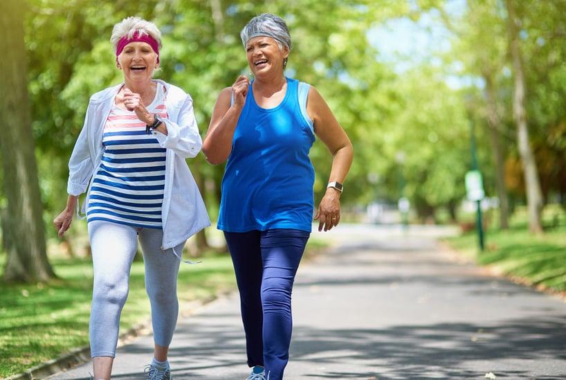dos mujeres caminando en ejercicio