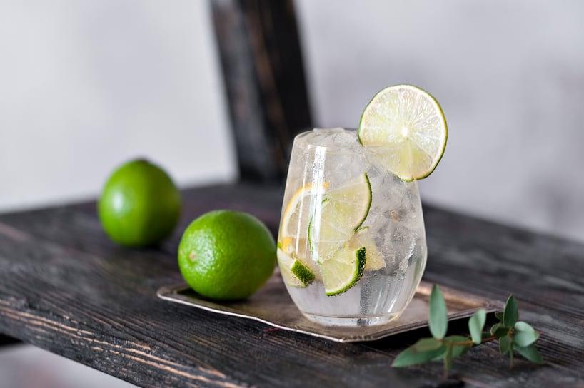 vaso de agua con rodajas de limón