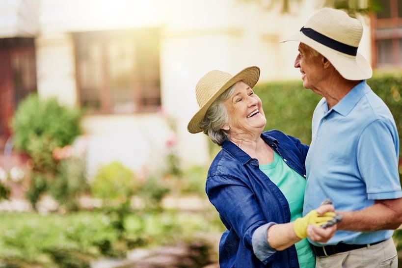 pareja de adultos mayores bailando en el jardin