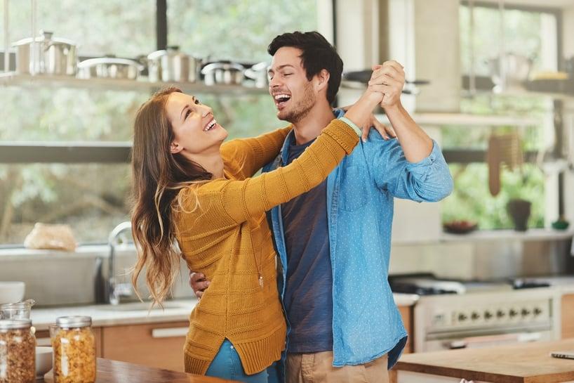 pareja bailando felices
