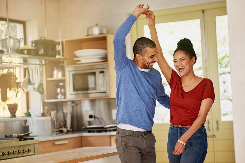pareja bailando en la cocina