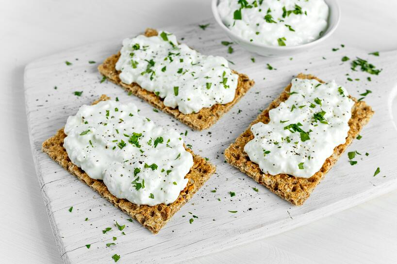 tostadas con queso y perejil