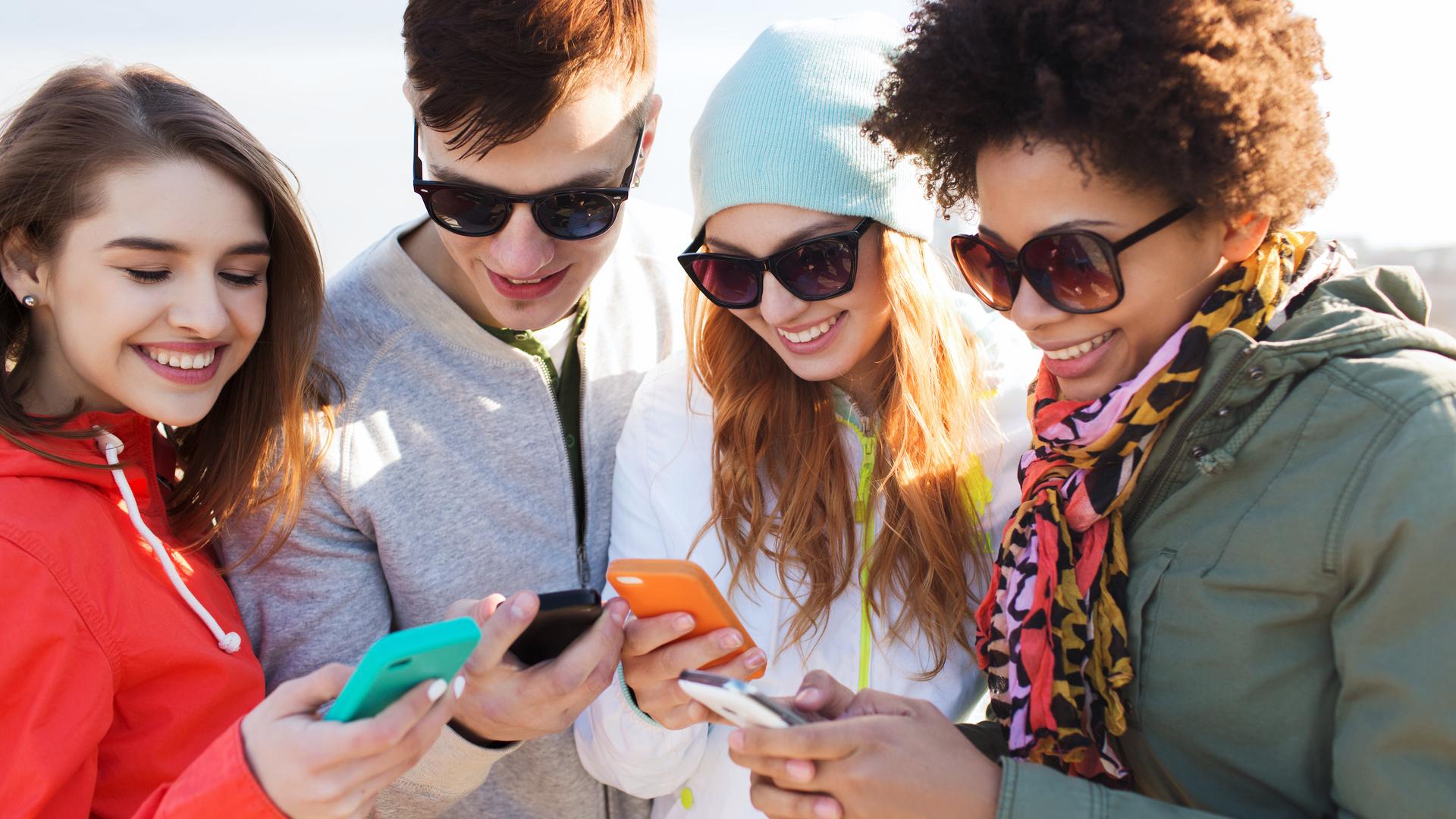 jovenes con celulares