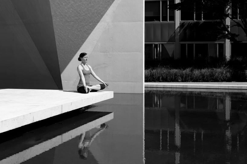 mujer meditando en un estanque, imagen en blanco y negro