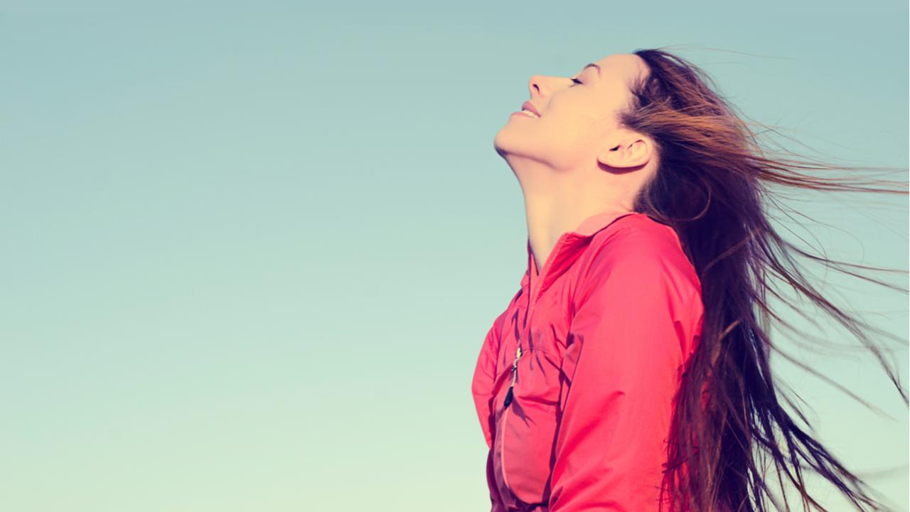 mujer disfrutando del sol al aire libre