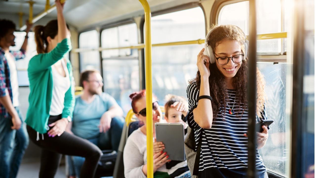 mujer joven en el transporte público