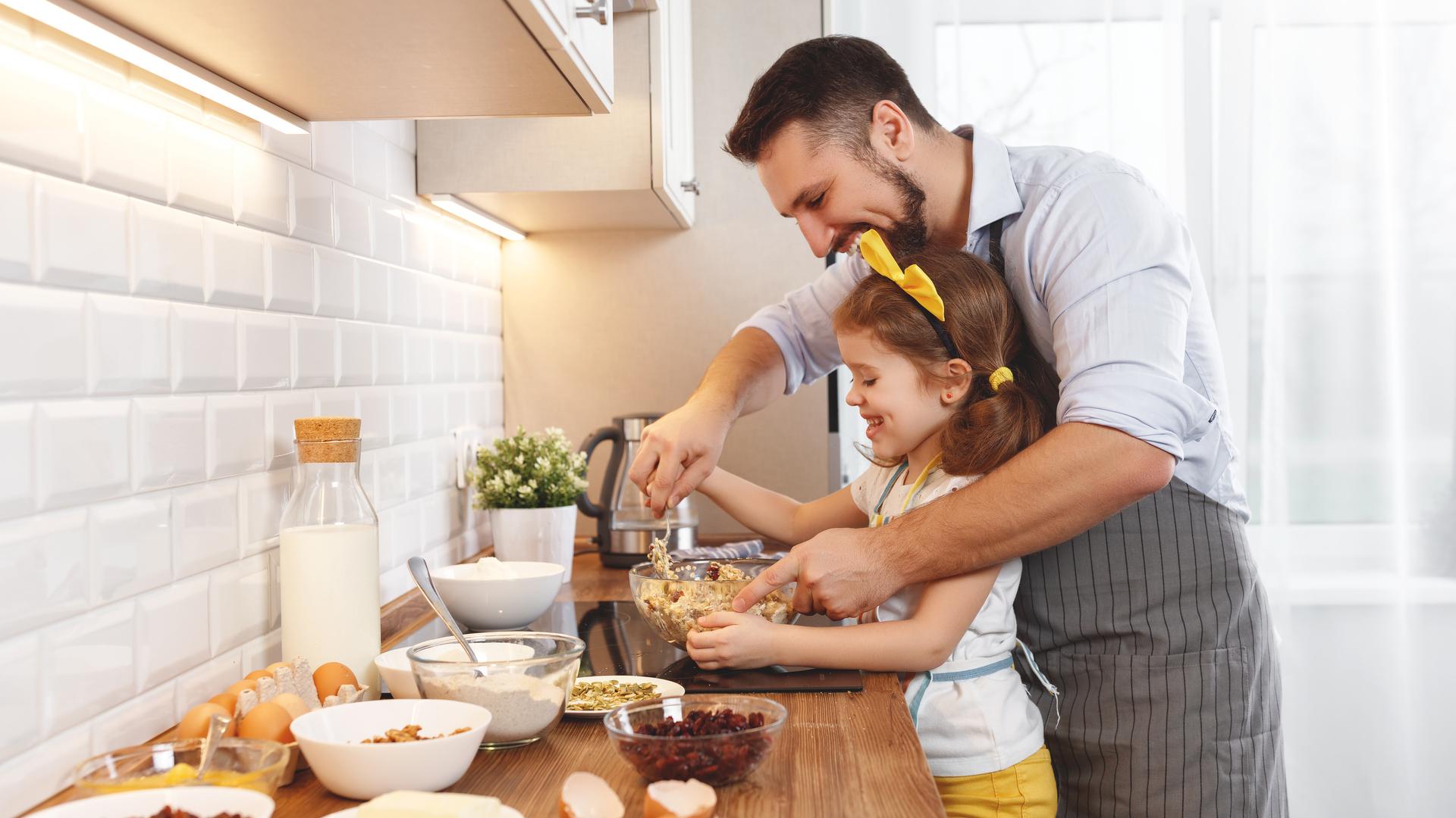 papa e hija cocinando