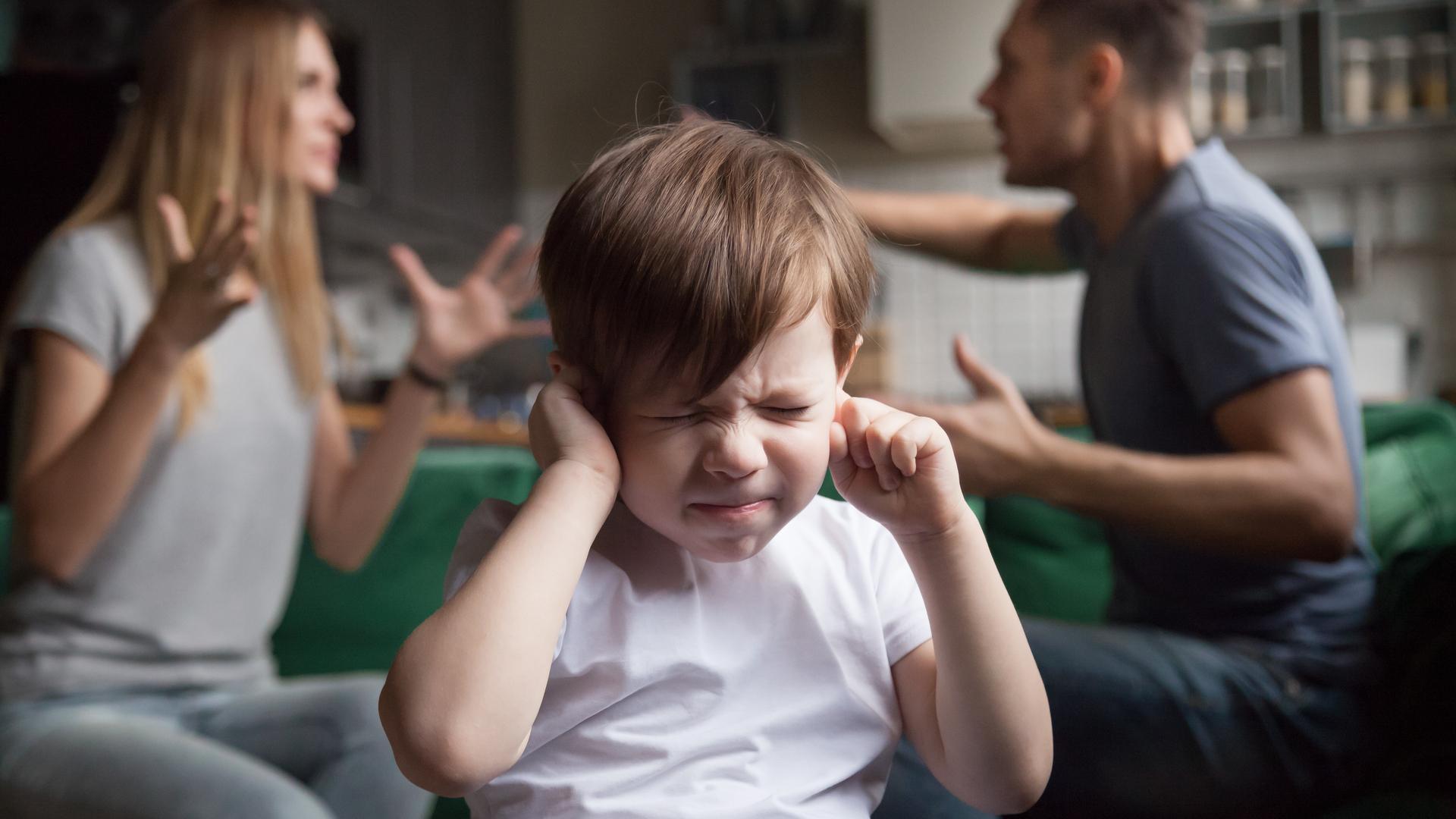 niño tapandose los oidos