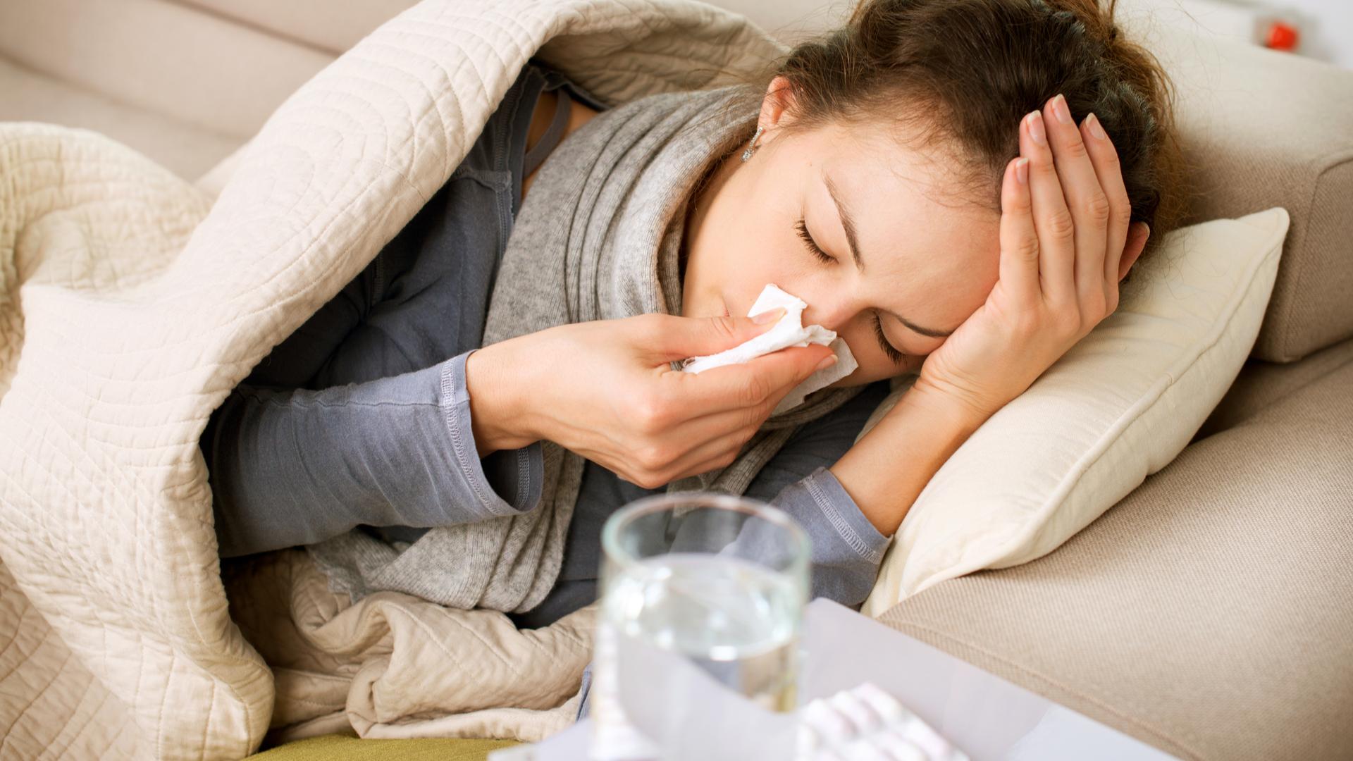 mujer enferma en cama