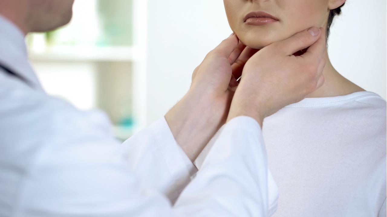 médico examinando paciente en consultorio
