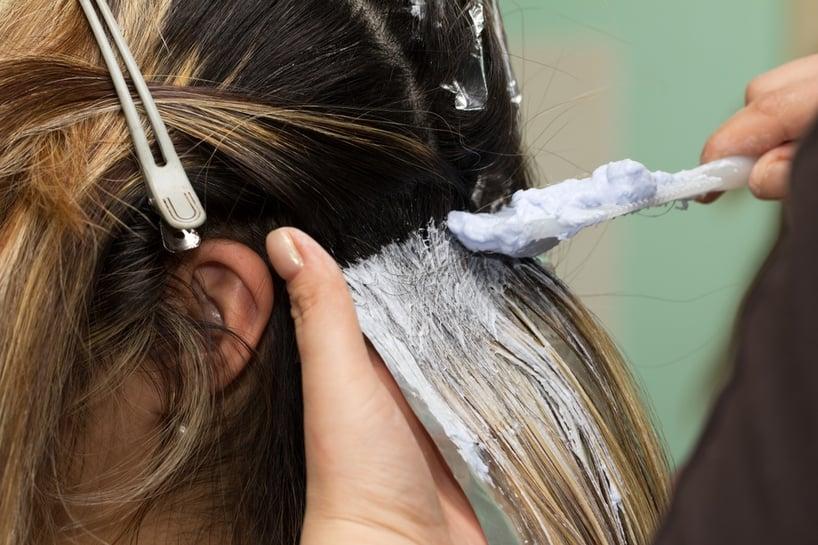 aplicando tinte para el cabello
