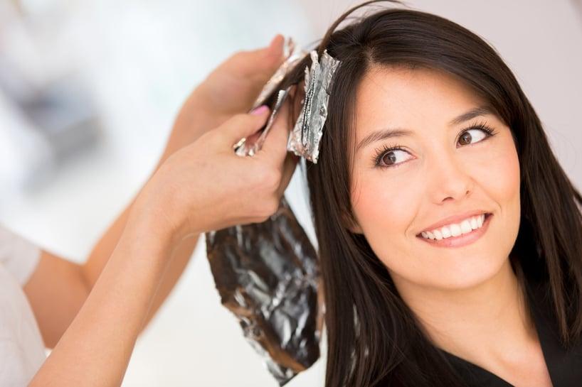 mujer usando tinte de cabello
