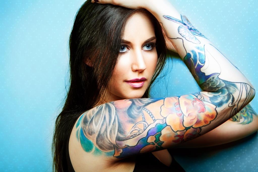 mujer con los brazos tatuados