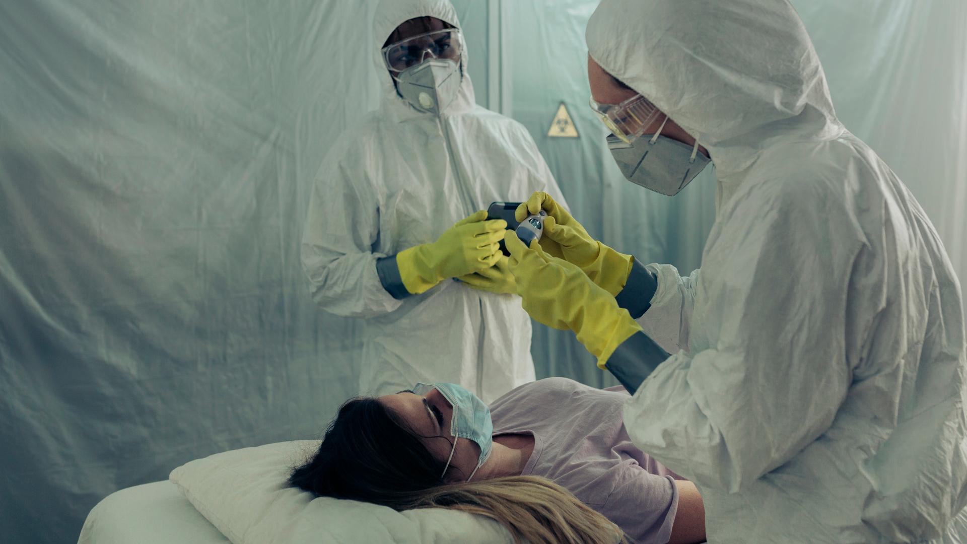 joven mujer con coronavirus