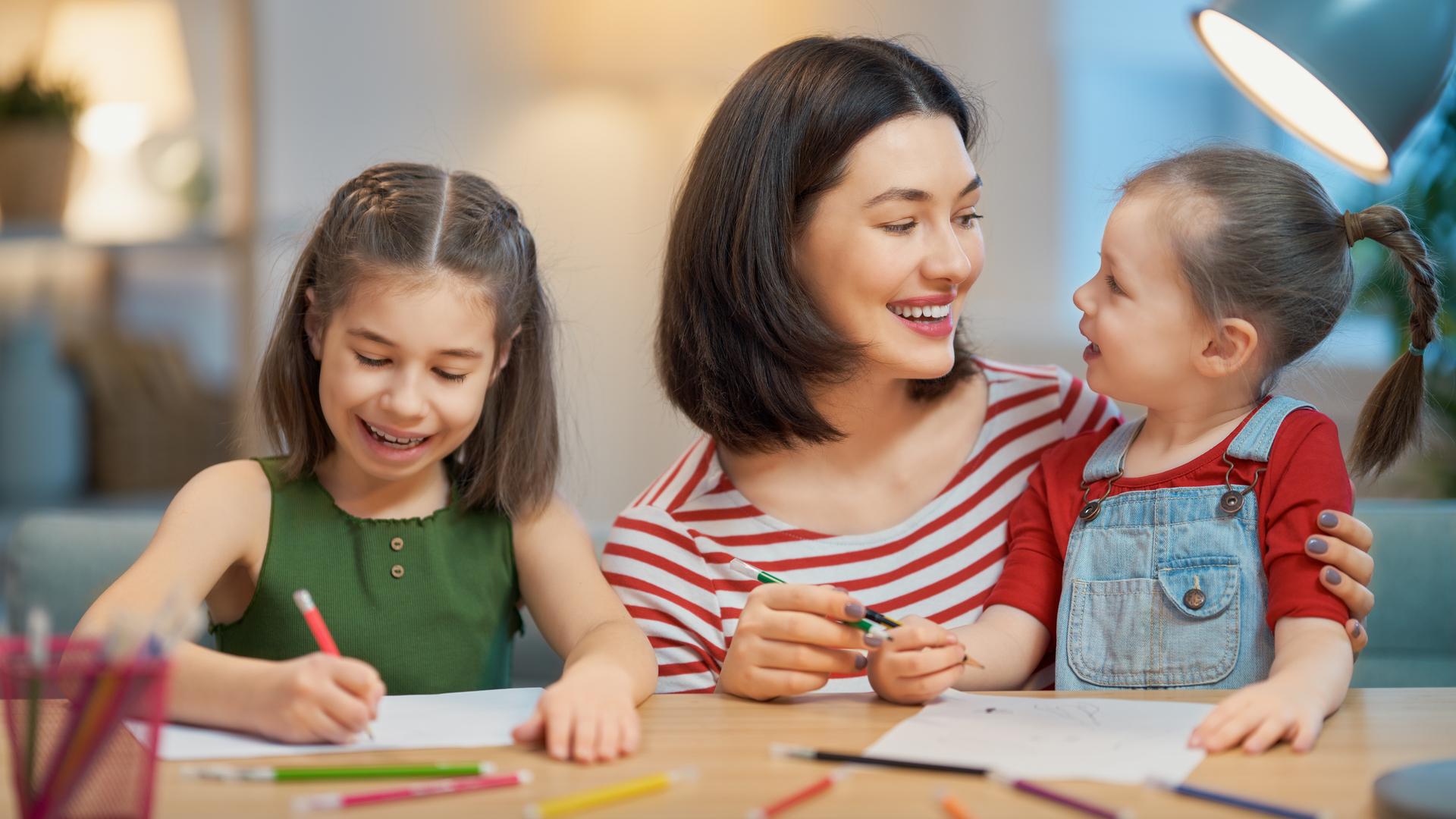 mama pintando con sus hijas