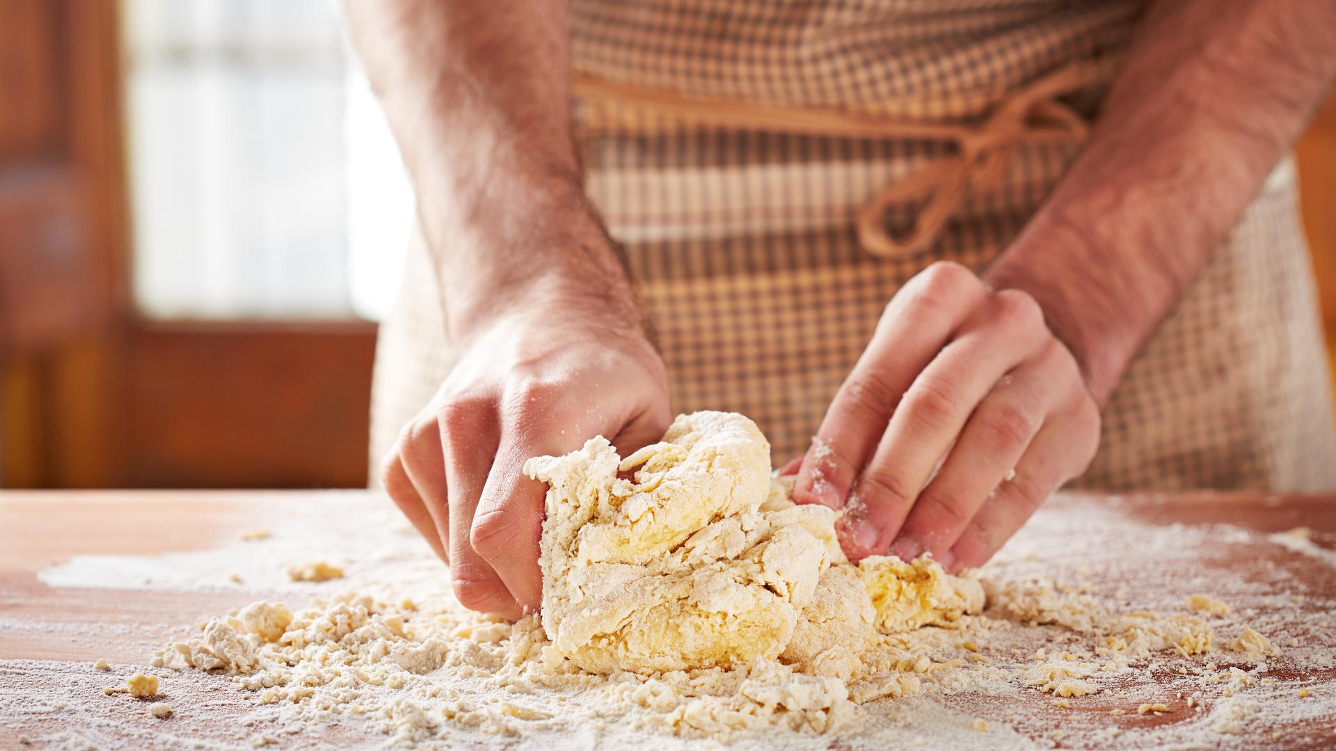 manos amasando pan
